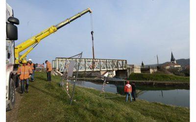 Velaines : spectaculaire levage du pont métallique au-dessus du canal